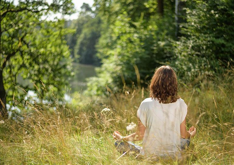 Tina Klein Meditation auf einer Wiese
